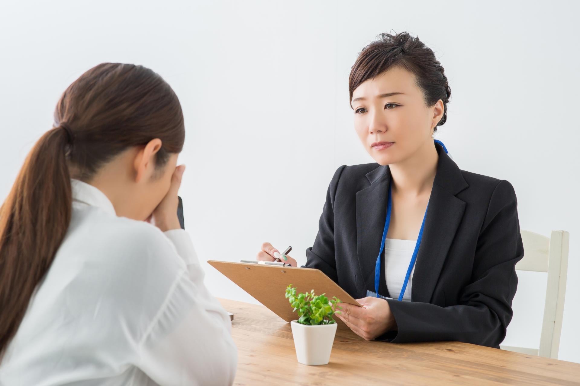 相続について相談する女性